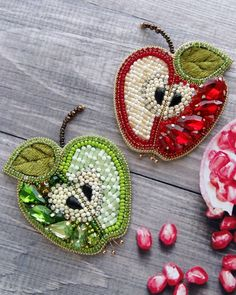 Apple embroidered with beads & bijou :) Christmas Embroidery Patterns, Bead Embroidery Jewelry, Textile Jewelry, Bead Jewellery, Fabric Jewelry, Ribbon Embroidery, Beaded Jewelry, Brooches Handmade, Handmade Jewelry