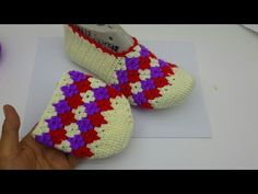 Rug Patterned Booties Made Crochet Knitting – Shoes World Shoes World, Crochet Videos, Crochet Slippers, Crochet Accessories, Knitting Socks, Baby Patterns, Daily Fashion, Crochet Baby, Needlework