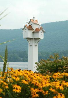 schönes Vogelhaus Blumen