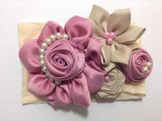 Te mostrare como elaborar este lindo modelo con solo listones y perlas para decorar. MATERIAL: 1 tiara de media de 25 cm, para la base 2 trozos de listón de ...