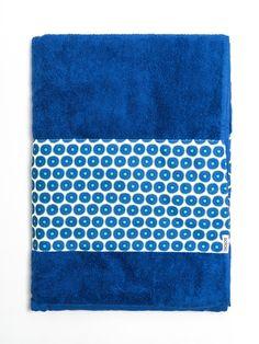 Toalla de algodón azul con franja de tejido de bañador estampada con print de color. Fabricada artesanalmente en Europa. www.soloio.com  #shoponline #beachwear #beachtowel #towel #print #blue #summercollection #summer #print #green #kiwi