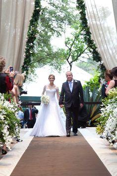 Casamento no campo - entrada da noiva - cortinado enfeitado com folhagens e flores ( Foto: Flávia Vitória )