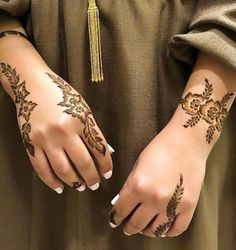 Best Beautiful Front and Back Hand Mehndi Designs For Bridal! Henna Tattoo Designs Simple, Latest Henna Designs, Floral Henna Designs, Back Hand Mehndi Designs, Finger Henna Designs, Arabic Henna Designs, Modern Mehndi Designs, Mehndi Designs For Girls, Mehndi Design Pictures