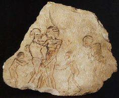 Scène érotique. Ce dessin a été esquissé rapidement par l'artiste. De chaque côté de la scène intime, des enfants, également nus, semblent encourager les protagonistes.  Musée égyptien de Berlin.