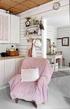 Nojatuoli keskellä keittiötä on Kaijan suosikki. Siinä voi vaikka lukea kirjaa, kun odottaa mustikkapiirakan valmistumista.