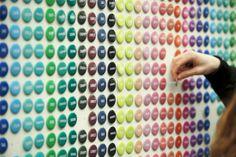 Installation: Gefühle zum Mitnehmen – Wand aus Buttons