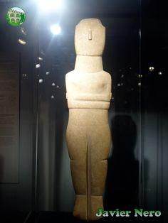 Rastros de decoración pintada en rojo en la cara y el tronco. La nariz está pintada por completo, mientras que cuatro bandas verticales son visibles en la frente, tres en el cuello, huellas de tres en el pecho y bandas oblicuas en los antebrazos (siete a la izquierda y cuatro a la derecha) Tipo canónico, variedad Spedos. II período, fase Syros (2800-2300 a.C.)