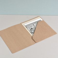 Kraft paper folder A4 Paper Folder, Simple Birthday Cards, Folder Design, Art N Craft, Book Projects, Kids Prints, Book Binding, Stationery Design, Box Design