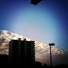 朝の、空と雲の境界の別バージョン。こっちはiPhoneで加工。朝のは1210万画素のデジカメで。大して綺麗く撮れてなかったけどね…  *25