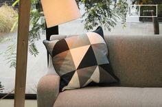 Ein Kissen im skandinavischen Stil macht das Sofa gleich noch gemütlicher