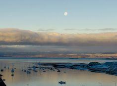Luna llena en el fin del mundo.  Mañana es luna llena (aunque ya se la puede ver bien redondita en el cielo). Y se nos vino a la memoria el verla en esa fase en un mágico atardecer en la Bahía de Ushuaia.