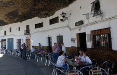 Saboreie um café debaixo de uma rocha no pueblo de Setenil de las Bodegas, no sul da Espanha #momondo