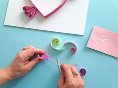 Step by step Quilling instructions. Make your own piece of art for your Mum this Mother's Day with this DIY paper craft guide. Paper Quilling Cards, Quilled Paper Art, Paper Quilling Designs, Quilling Patterns, Quilling Videos, Paper Quilling For Beginners, Quilling Instructions, Paper Quilling Tutorial, Diy Crafts For Gifts
