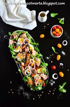 Kuchnia szeroko otwarta: Sałatka z wędzonym łososiem i dressingiem miodowo-musztardowym Shrimp Pasta, Avocado Toast, Food And Drink, Menu, Breakfast, Menu Board Design, Morning Coffee, Shrimp Paste, Prawn Pasta