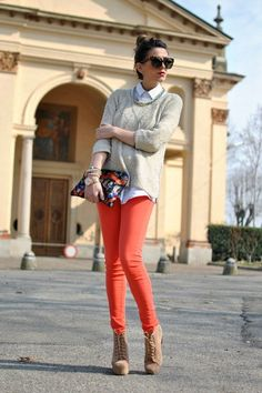 Here you will find the best looks of people wearing orange jeans . Find photos with people wearing orange jeans and discover how to wear orange jeans with different colours, patterns and brands. Orange Jeans, Jeans Coral, Coral Pants, Bright Pants, Pastel Jeans, Blue Jeans, Denim Jeans, Orange Outfits, Outfits Otoño