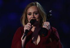 Adele verraste tijdens een concert in Ierland twee mannen uit het publiek door ze op het podium uit te nodigen. Niet zo maar twee mannen overigens, het duo poste vorige week een Adele-medley op YouTube die inmiddels meer dan 400.000 keer is bekeken.De clip liet ook de Britse sterzangeres zelf...