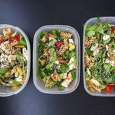 Pudełkowo ❤️ makaron, kurak, rukola, roszponka, feta, ogórek konserwowy, pomidor, cebula, oliwa, przyprawy, czarnuszka, biały sezam  #meal#food#lunchbox#pudelka#diet#eatclean#abs#sixpack#bodybuilding#shape#muscle#gain#strong#figure#bikini#body#gym#fit#fitness#sport#healthy#motivation#inspiration#dedication#hardwork#lifestyle#polishgirl