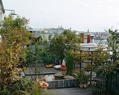 Perched at the heart of the city, this terrace is a model of eco-garden autonomy, producing energy, organic fruit and vegetables, storing rainwater, compost…