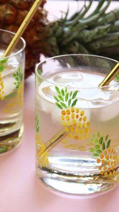 DIY Pineapple Tumblers for a cute DIY housewarming gift - Summer DIY Cute Diy, Cute Crafts, Diy And Crafts, Summer Diy, Summer Crafts, Diy Décoration, Easy Diy, Pineapple Tumbler, Pineapple Glasses