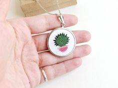 Geschenkidee für Freunde mit grünem Daumen: bestickte Kaktus Kette / lovely gift idea for urban jungle lovers: necklace with embroidery, cactus by skrynka via DaWanda.com