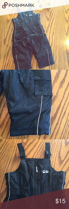 "Old Navy boys snowpants. 18-24 months Old Navy black boys snowpants. 18-24 months. Black fleece lined. Approximately 28"" long. Old Navy Bottoms"