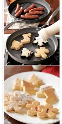 Mini pannenkoekjes. Pannenkoeken beslag in fles met koekjes vormen in pan.