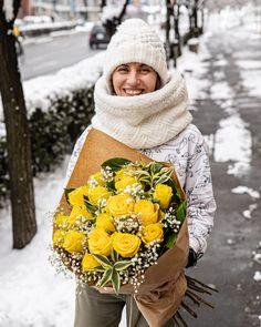 """Luminoșii trandafiri galbeni sunt ca o rază de soare pe care cineva drag o poate primi de la tine. Un cadou vesel, perfect pentru zile de naștere, aniversări, pentru a felicita pe cineva sau pentru a spune """"Mulțumesc!"""" Comandă acest buchet de flori dacă vrei să faci cuiva drag ziua mai frumoasă. Florile vor ajunge la destinație în 2-4 ore. #trandafiri #buchete #florionline #yellowroses #rosebouquet"""