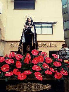 Peana de La Dolorosa engalanada en la plaza del templo de El Pilar. Fotografía de Esther Díaz. Semana Santa de Calanda 2016