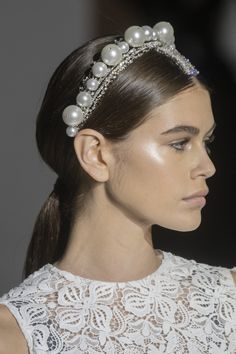 Kaia Gerber bei Givenchy S / S 2019 Couture - Beautiful Hairstyle Hair Accessories For Women, Bridal Hair Accessories, Fashion Accessories, Couture Accessories, Twist Headband, Pearl Headband, Pearl Headpiece, Lace Headbands, Bobby Pin Hairstyles