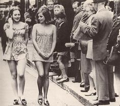 In Kathrine Switzer was the first woman to run the Boston marathon. It happened 5 years before women were allowed to take part in it. 1 English supermodel Jean Shrimpton is wearing a minidress. Jean Shrimpton, Foto Fashion, 1960s Fashion, Vintage Fashion, Fashion Tips, Fashion Men, French Fashion, Stil Inspiration, Vintage Mode