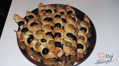 Kynuté česnekové těsto, které je jemné jako pavučinka lahodně splyne s chutí olivy. Pokud máte rádi olivy a česnek, určitě to musíte vyzkoušet. Cooking With Kids, Food And Drink, Buffet, Cheese, Desserts, Recipes, Breads, Tailgate Desserts, Deserts