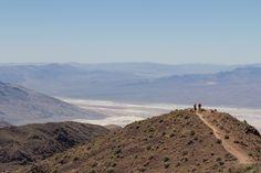 LA VALLEE DE LA MORT Le parc national de la vallée de la Mort, en anglais Death Valley National Park, est situé à l'est de la Sierra Nevada, en Californie, et s'étend en partie sur le Nevada. Avec plus de 13 600 km2, ce parc de zone aride est l'un des plus grands parcs nationaux américains (le plus grand en dehors de l'Alaska).   la vallée de la Mort détient le record de chaleur absolu officiellement mesuré à la surface du globe avec 56,7 °C à Furnace Creek le 13 juillet 1913