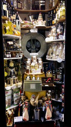 In questo articolo, LIM-LADIES IN MOBILITY presenta l'anima di Roma, con i piccoli negozi e l'artigianato locale o italiano. Scoprite Roma in foto e musica, guardate il video sotto.