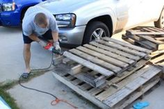 Stock Up on Wooden Pallets. These 16 Pallet Projects Are Genius! Of all the materials it's important for us to reuse, wood is right there at the top of the list, and happily, wood shipping pallets make the BEST projects! Old Pallets, Wooden Pallets, Green Pallete, Couch Storage, Woodworking Projects For Kids, Wooden Ladder, Shipping Pallets, Pallet Projects, Diy Projects