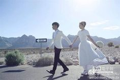 【愛情長跑20年 古巨基與助理婚了】  古巨基在微博分享與助理女友的結婚照。(圖/取自新浪微博)
