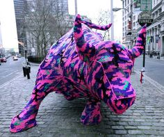 Extreme makeover of Wall Street's Charging Bull by Agata Oleksiak (known as Olek). When it comes to knit graffiti, yarn bombing or urban knitting, NYC-based artist and crochet queen Agata Oleksiak has got it all sewn up! Yarn Bombing, Guerilla Knitting, Art Au Crochet, Charging Bull, Wooly Bully, Street Art Utopia, Urbane Kunst, 1966 Ford Mustang, Art Yarn
