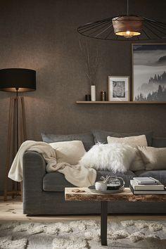 Et si vous rendiez votre intérieur tout doux pour l'hiver ? Adoptez la tendance cocooning avec ses textiles doux et ses matières naturelles ! Pour adopter cet esprit cocon, on mise sur des teintes neutres, un éclairage tamisé, des plaids en fausse fourrure et du mobilier en bois. Enfin, vous pouvez allumer quelques bougies le soir pour créer une ambiance intimiste ! Modern Cabin Interior, Interior Design, Living Room Designs, Living Room Decor, Black Walls, Family Room, House Styles, Furniture, Leroy Merlin