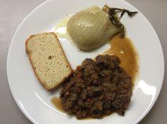 Dančí maso na cibuli, mrkvi, řapíkatém celeru, fenyklu a divokém koření, kynutý kešu-mandlový chléb a fenykl dušený na másle