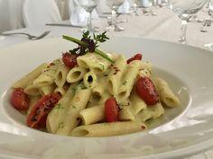 Μια συνταγή για πέννες με κρέμα αβοκάντο και ψητά ντοματίνια, ιδανική για χορτοφάγους, ετοιμάζει για τη «Ραδιοτηλεόραση» ο σεφ Κωνσταντίνος Κωβαίος.