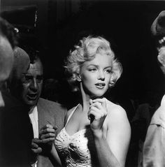 Marilyn outside Grauman's Chinese Theatre where she imprinted her hands in the cement alongside Gentlemen Prefer Blondes co-star Jane Russell. Jane Russell, Gentlemen Prefer Blondes, Viejo Hollywood, Old Hollywood, Hollywood California, Foto Face, Marilyn Monroe Fotos, Marylin Monroe, Stars D'hollywood