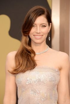 Jessica Biel - You can't deny it, Oscars 2014 was the year of the side sweep. Jessica Biel wore the trend beautifully with this cascading curls look. Oscar Hairstyles, Winter Hairstyles, Celebrity Hairstyles, Cool Hairstyles, Latest Hairstyles, Hairstyles Haircuts, Jessica Biel, Celebrity Hair Colors, Celebrity Beauty