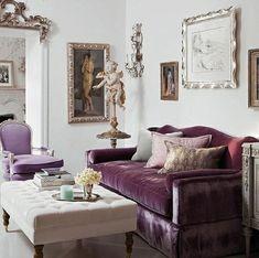 Stilvolles lila Wohnzimmer Interieur - lila Samtsofa