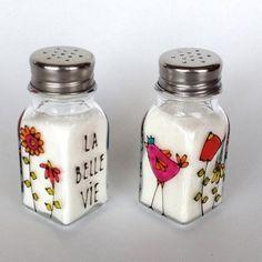La belle vie - Salière et poivrière. Produit peint à la main par l'artiste Isabelle Malo du Québec, Canada