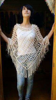 Poncho lana de oveja a crochet. Botones de madera Poncho lana de oveja a crochet. Hairpin Lace Crochet, Crochet Fringe, Freeform Crochet, Crochet Blouse, Crochet Motif, Crochet Top, Crochet Buttons, Lace Patterns, Knitting Patterns