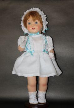 Mariquita Pérez con vestido de lino blanco y capota. Copia de un vestido original de Mariquita Pérez de 1959. Zapatos diseñados y confeccionados por mi en cuero natural.