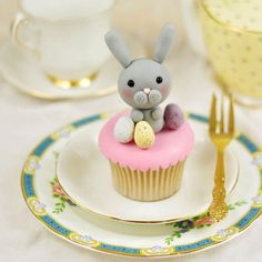 Simple and quick tutorial for creating an adorable fondant Easter bunny to decorate cakes and cupcakes with!