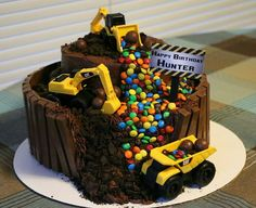 geburtstag junge Construction Theme Trucks Loaders Bull Dozers Chocolate and Candy Birthday Second Birthday Boys, Birthday Themes For Boys, Boy Birthday Parties, Truck Birthday Cakes, Truck Cakes, Digger Birthday Cake, 2nd Birthday Cake Boy, Tonka Truck Cake, Birthday Candy