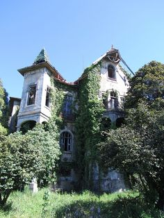 Abandoned Portugese House.. such a pity that no one cld restore this beauty.. gorgeous setting!