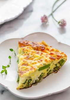 Quick and easy asparagus frittata. Perfect for spring! Eggs, Gruyere or Swiss cheese, shallots, and asparagus. Asparagus Frittata, Asparagus Egg, Grilled Asparagus, Vegetable Frittata, Vegetable Dishes, Scampi, Cooking App, Cooking Recipes, Meal Recipes