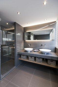 badgestaltung ideen schone bader badezimmer in hrau mit eckigem spiegel mit beleuchtung